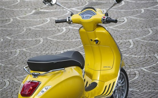 2015 Веспа Спринт скутер под наем в Рим
