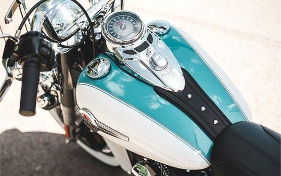 Харли-Дейвидсън Heritage Softail Classic - мотор под наем във Франция и Малага