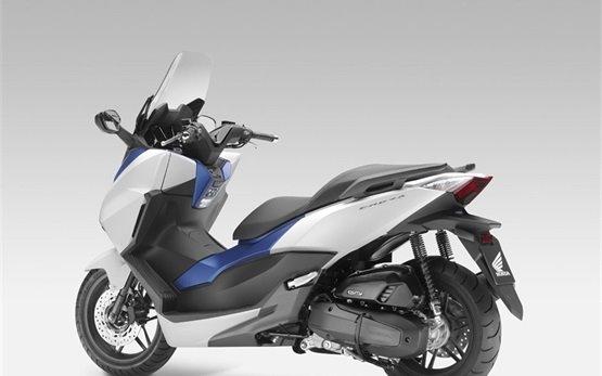 Honda Forza 125cc - аренда скутера в Лиссабоне