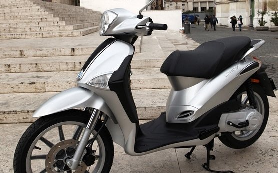Piaggio Liberty 50 - scooter for hire in Paris