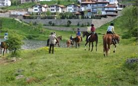 Катание на лошадях вдоль озера Доспата