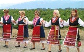 Жени танцуват в традиционни носии - Фестивал на Розата