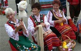 Жени в традиционни български носии