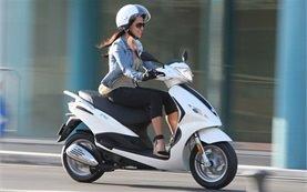 Piaggio Fly 100cc - alquiler de scooters en Santorini